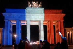 Brandenburger Tor (Pray for Paris): Foto von hans-jürgen2013 unter CC-BY-SA-Lizenz, entnommen von Wikimedia Commons