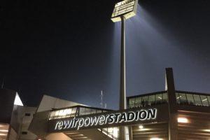 Das Ruhrstadion des VfL Bochum im Dunklen - mit Flutlichtmast