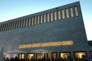 Anneliese Brost Musikforum Ruhr in Bochum (Ansicht von vorne mit Schriftzug)
