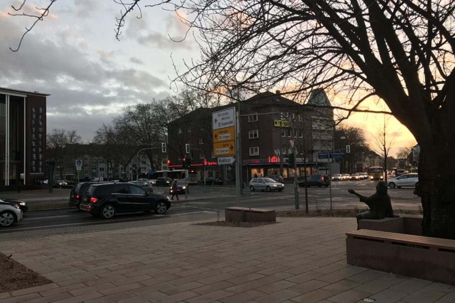 Tana-Schanzara-Denkmal gegenüber des Schauspielhauses Bochum