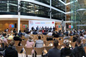 Panoramablick auf Podium und Plenum beim Kongress Jugend-Politik-Betrieb der #SPD #GuteArbeitVerbindet