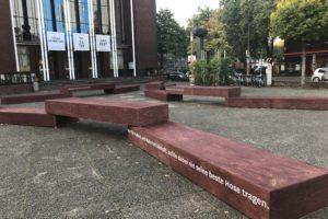 """""""Wer für Freiheit und Wahrheit kämpft, sollte dabei nie seine beste Hose tragen."""" - die Beschriftung an der Installation auf dem Theatervorplatz (Hans-Schalla-Platz) vor dem Schauspielhaus Bochum"""