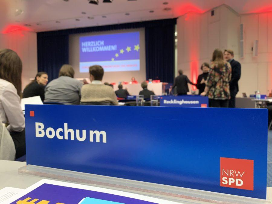 Europadelegiertenkonferenz der NRWSPD (17.11.2018): Das Schild des Unterbezirkes Bochum