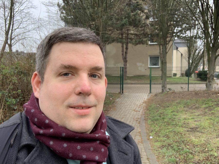 """Jens Matheuszik auf dem Verbindungsweg zwischen Oskar-Hoffmann-Straße und Franz-Vogt-Straße - vor der Stelle, wo früher das """"Franz-Vogt-Törchen"""" war."""