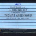 Informationstafel am Schauspielhaus Bochum über zu spielende Stücke (hier u.a.: O, Augenblick)