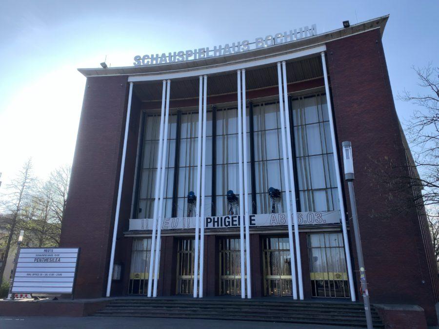 Schauspielhaus Bochum mit Informationstafel der zu spielenden Stücke (hier: Penthesilea)