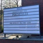 Informationstafel am Schauspielhaus Bochum über zu spielende Stücke (hier: Penthesilea)