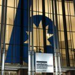 """Banner am Schauspielhaus Bochum (zum Stück """"Bochum"""") am Abend"""