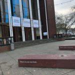 """Banner am Schauspielhaus Bochum (zu den Stücken """"Däumelinchen"""", """"Gefährliche Liebschaften"""" und """"Arc de Triomphe"""") - und im Vordergrund auf dem Hans-Schalla-Platz die Installation von Cordula Körber"""