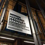 """Banner am Schauspielhaus Bochum (zum Stück """"Monty Python's Spamalot"""") am Abend"""