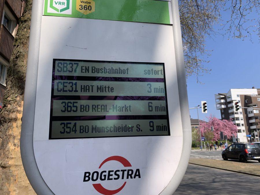Funktionierende LCD-Anzeige der Bogestra an der Haltestelle Schauspielhaus Bochum (in groß)