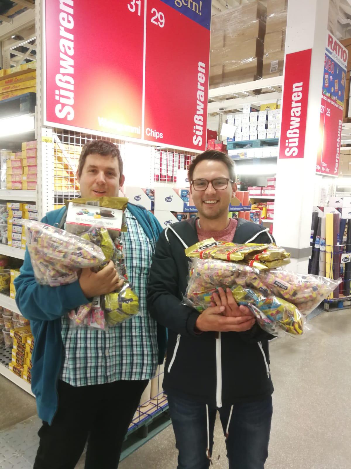 (Maiabendfest 2019) Einkauf von Bonbons für den Umzug - ich (Jens Matheuszik) und David Schnell beim Einkauf...