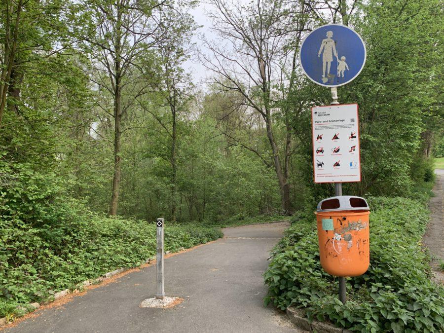 Absperrung zum Wiesental mit Pfosten - und dem Hinweisschild der Stadt Bochum