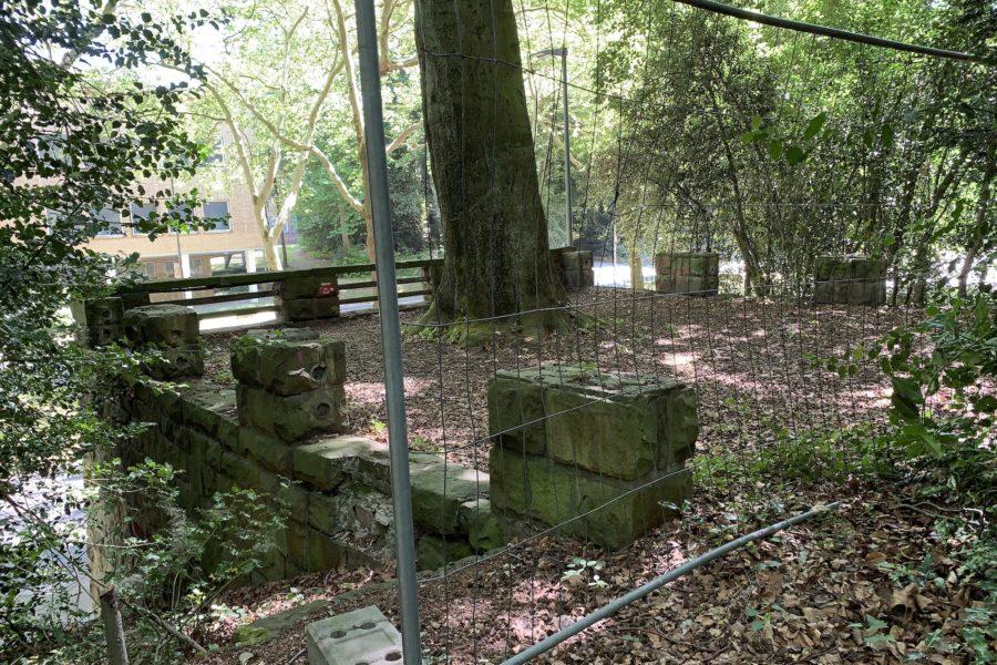 Die derzeit nur notdürftig abgesicherte Balustrade im Rechener Park (im Bochumer Ehrenfeld); in Höhe der Graf-Engelbert-Schule (GES) an der Königsallee.