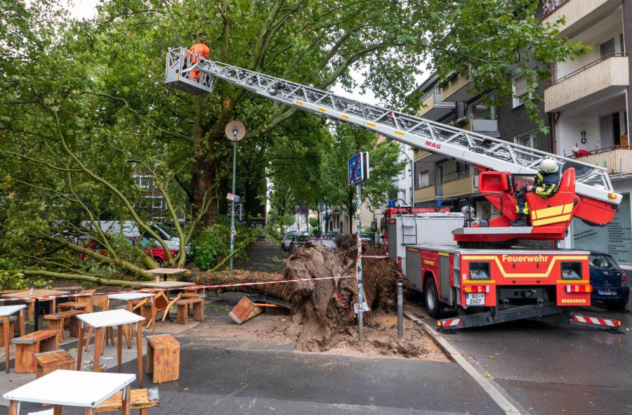 Sicherungsarbeiten der Feuerwehr am Hans-Ehrenberg-Platz im Bochumer Ehrenfeld (Bild: Feuerwehr Bochum)
