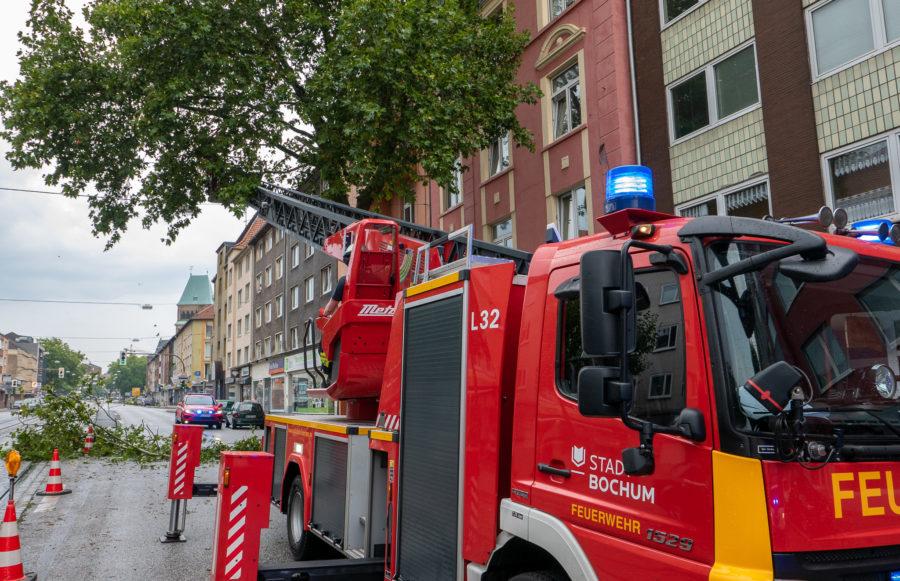 Sicherungsarbeiten der Feuerwehr auf der Oskar-Hoffmann-Straße im Bochumer Ehrenfeld (Bild: Feuerwehr Bochum)