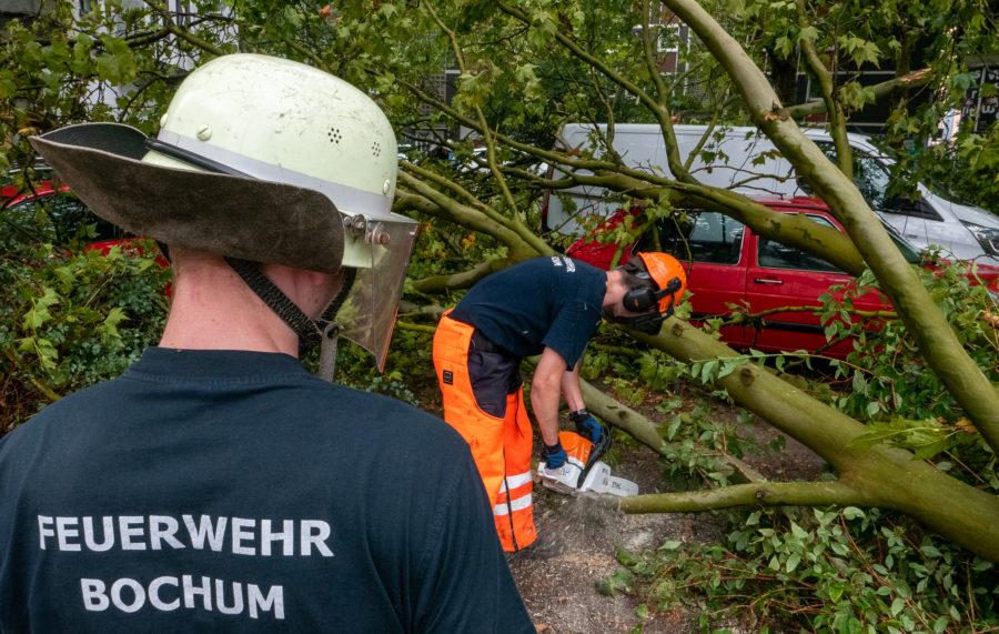 Sicherungsarbeiten nach dem Gewitter im Bochumer Ehrenfeld (Bild: Feuerwehr Bochum)