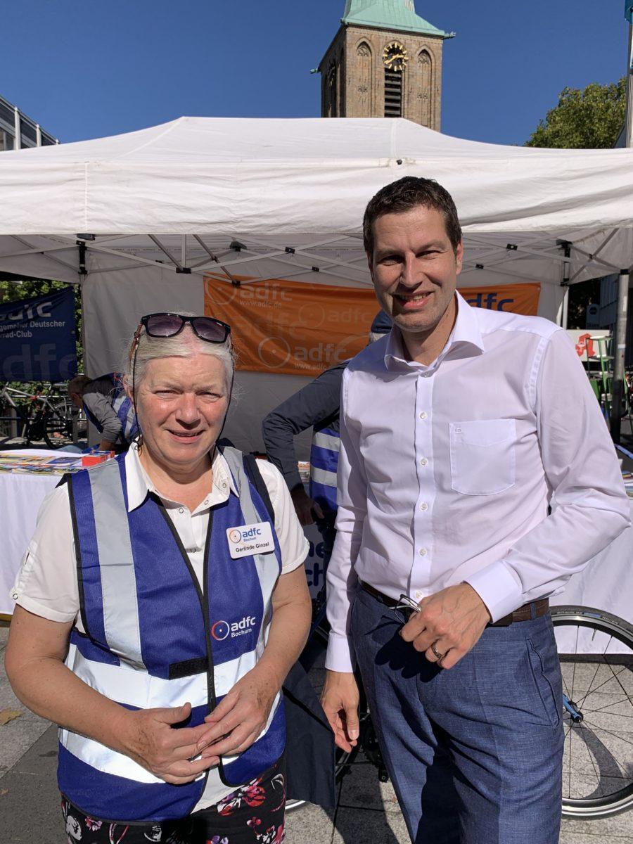 Gerlinde Ginzel (ADFC Bochum) und Bochums Oberbürgermeister Thomas Eiskirch (SPD)