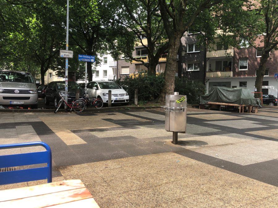 Hans-Ehrenberg-Platz mit dem damals noch dort stehenden Baum (ganz rechts)