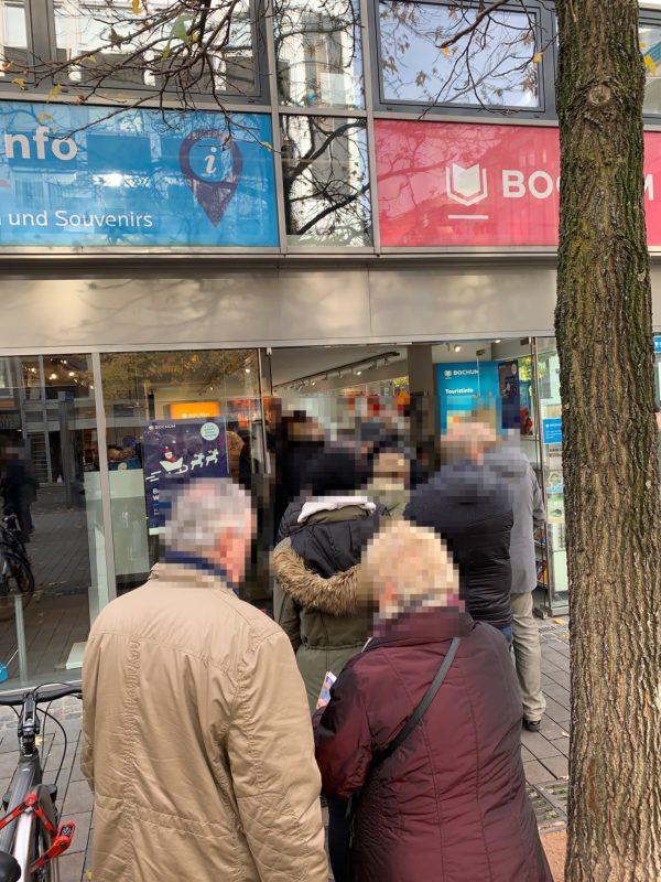 Schlange bei Bochum-Touristinfo (von Bochum-Marketing) für den Weihnachtspass 2019