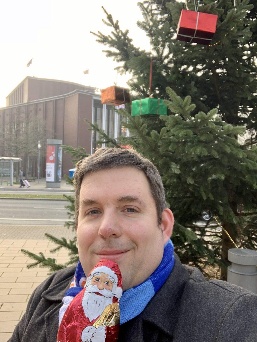 Jens Matheuszik vor dem Weihnachtsbaum auf dem Tana-Schanzara-Platz (2019)