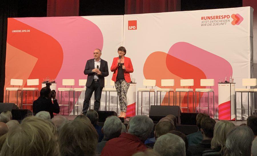 Norbert Walter-Borjans und Saskia Esken bei der Regionalkonferenz #UnsereSPD #SPDVorsitz in Troisdorf