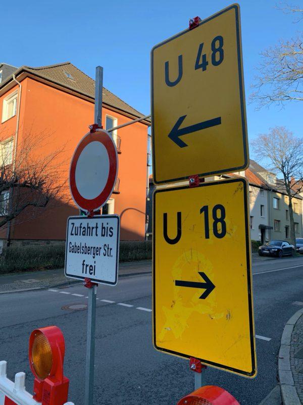 """Schilder: """"Durchfahrt Friederikastraße gesperrt"""" und """"Zufahrt bis Gabelsberger Str. frei"""" - sowie die Umleitungsschilder U18 und U48"""
