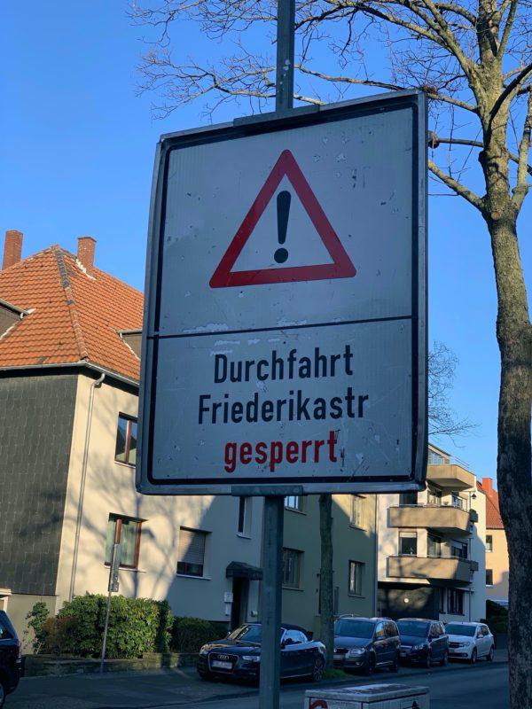 """Schild """"Durchfahrt Friederikastraße gesperrt"""""""