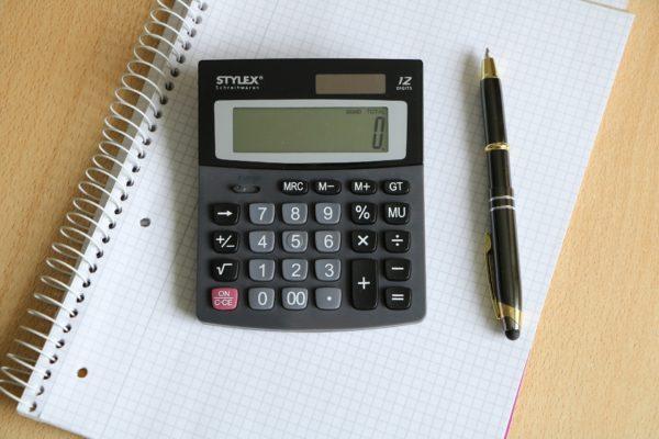 Taschenrechner, Block und Kugelschreiber