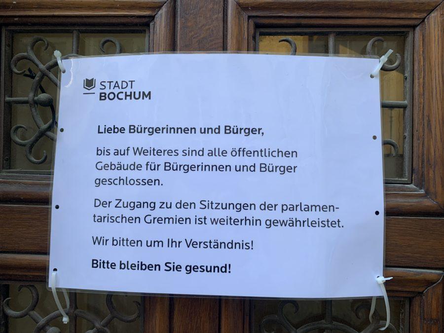 Schild (an einer Tür des Rathauses von Bochum) über die Schließung des Rathauses - und dass die parlamentarischen Gremien weiter tagen