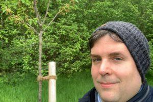 Unser Kirschbaum auf der Obstwiese an der Feldmark - im Vordergrund Jens Matheuszik