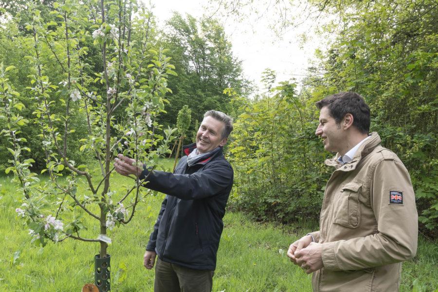 Baummanager Marcus Kamplade und Oberbürgermeister Thomas Eiskirch schauen sich am 30.04.2020 Obstbäume an der Feldmark in Bochum an. +++ Foto: Lutz Leitmann/Stadt Bochum