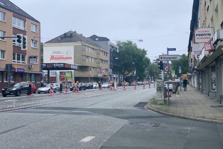 Blick auf die Hattinger Straße (von der Kreuzung Bessemer Straße/Yorckstraße aus Richtung Königsallee) und die Absperrmaßnahme