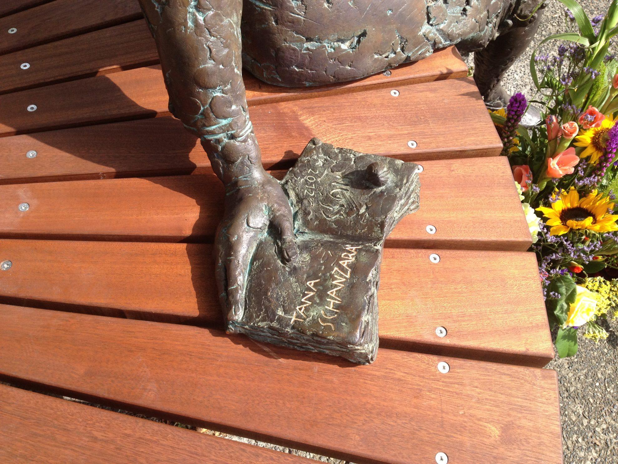 Tana-Schanzara-Denkmal: das Buch neben Tana