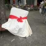 Noch verhüllt: das Tana-Schanzara-Denkmal auf dem Hans-Schalla-Platz