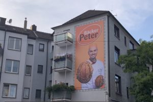 "Reklame ""Bäcker Peter"" am ehemaligen Schuhhaus Dömer (Hattinger Str. 20 - am Hans-Ehrenberg-Platz)"
