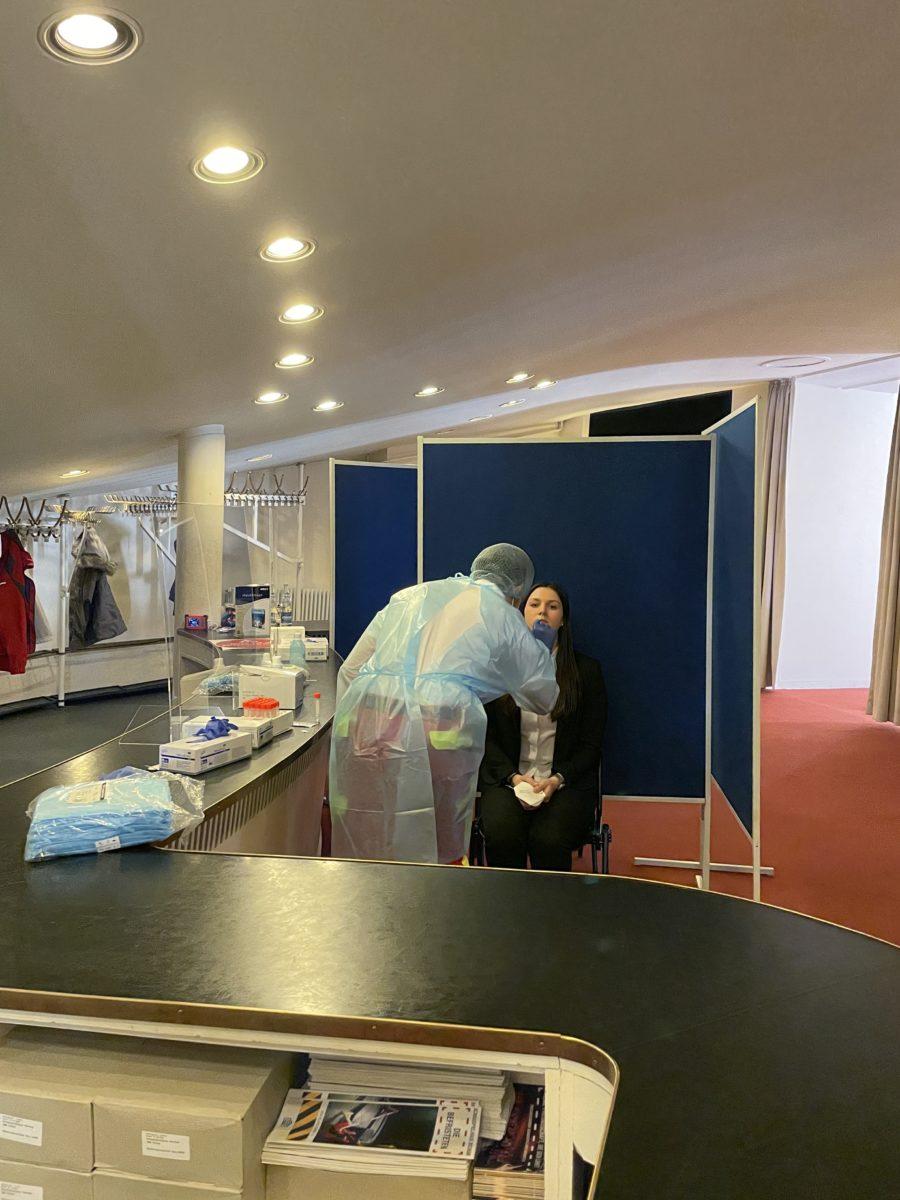 Corona-Schnelltestzentrum (Schauspielhaus Bochum): Beispiel eines Tests durch Nasenabstrich