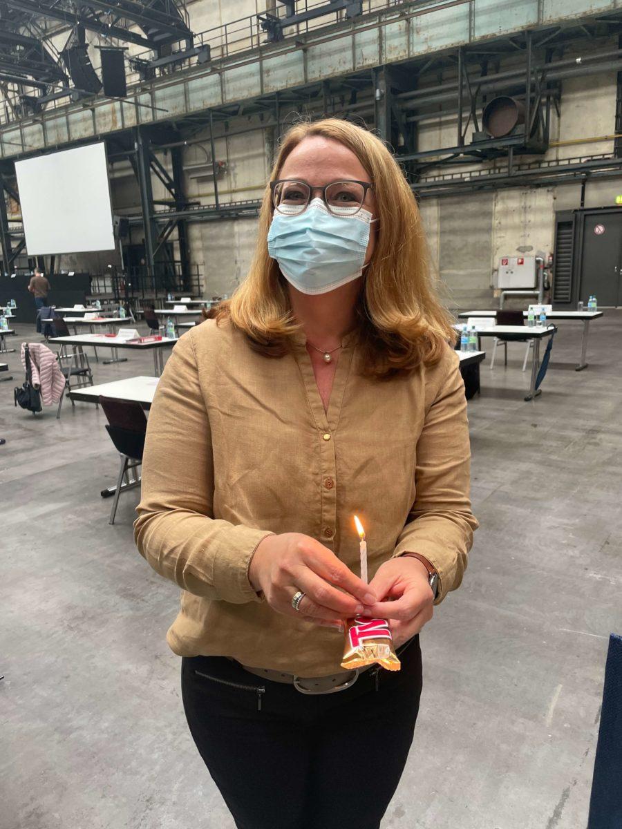 Ratsmitglied Sonja Gräf mit einem Begrüßungsgeschenk