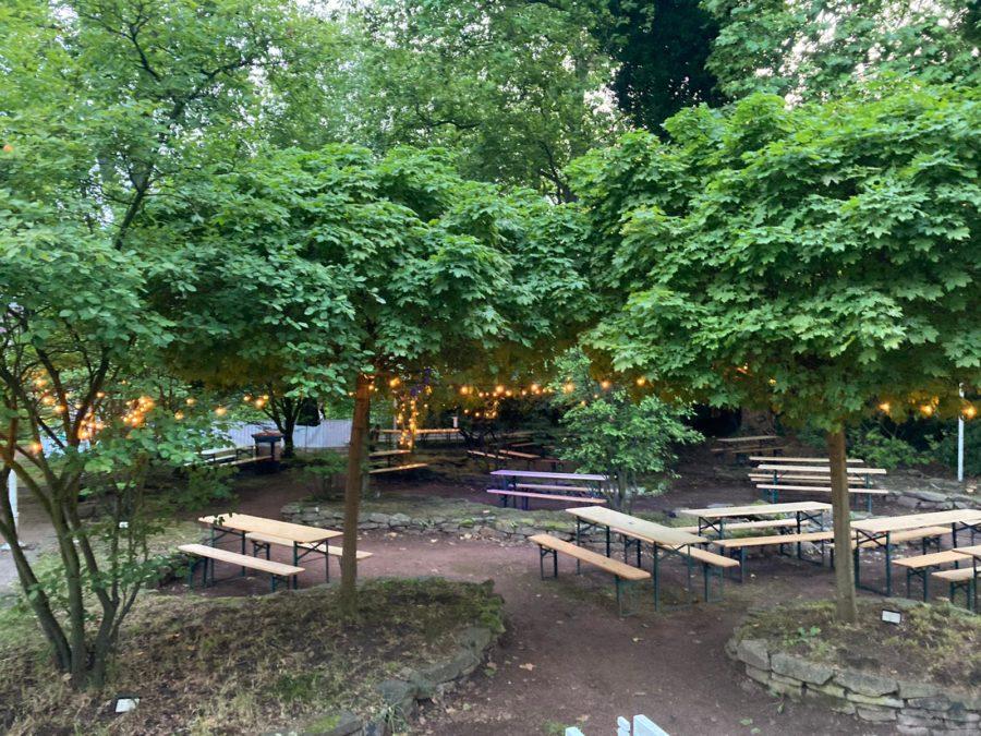 Kulturbiergarten: Bierzeltgarnituren vor der Konzertmuschel (die da gerade nicht bespielt wurde)