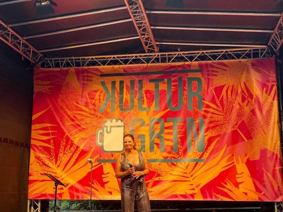 Walli bzw. Waltraud Ehlert (Esther Münch) im Kulturbiergarten im Stadtpark Bochum