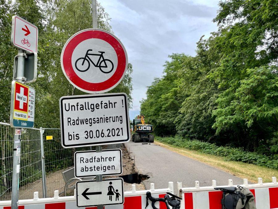 Baustellenschild zur Radwegsanierung auf der Erzbahntrasse (Juni 2021)