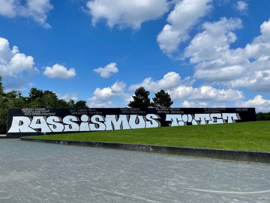 Rassismus tötet (Westpark Bochum) - Schriftzug zum Gedenken an die Opfer von Hanau