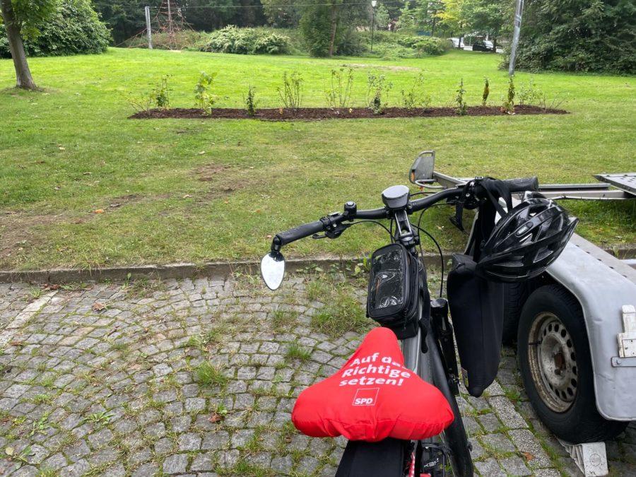 8. Langer Tag der Stadtnatur Bochum: Beetpflanzung (Essbare Stadt Bochum) der Naturfreunde Bochum Linden-Dahlhausen: Fahrrad vor dem neuen Beet